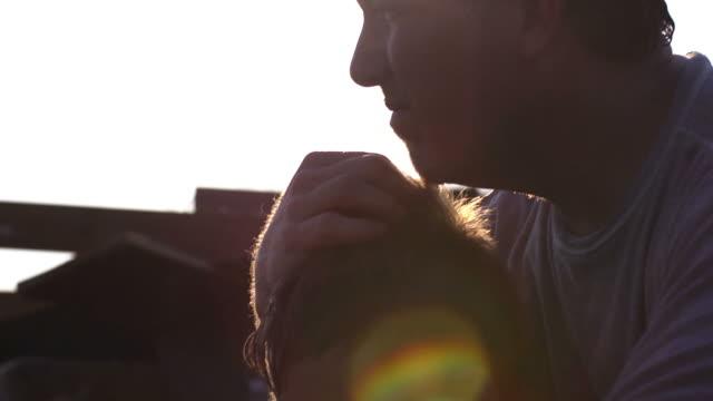 Padre e figlio-disastro naturale silhouette