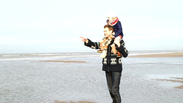MS Vater tragen Tochter auf Schultern am Strand