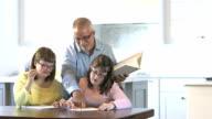 Vater, Down-Syndrom-Mädchen bei den Hausaufgaben zu helfen