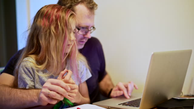 Vader helpen om huiswerk te doen van zijn tiener dochter
