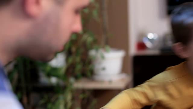 Vader vertelt zijn zoon een goede en stoppen met slecht gedrag