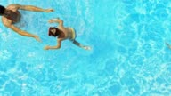 SLO-MO Vater steht im pool werfen Sohn in Wasser
