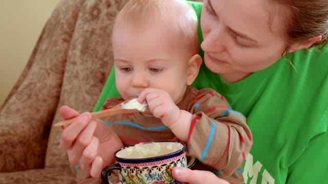 Fütterung baby mit Löffel