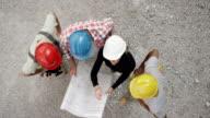 CS-weiblich Architekt Gespräch mit Vorarbeiter auf der Baustelle und erklären den Plandetails