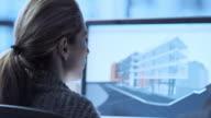 TU donna architetto lavorando sul modello virtuale