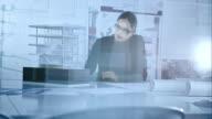 Weibliche Architekt Arbeiten an Designs, während Sie im architectural model