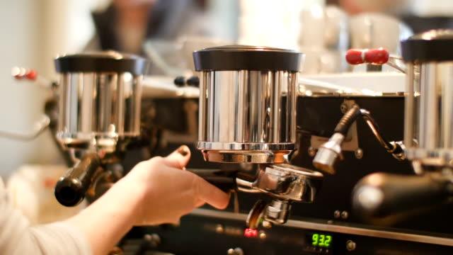 Kvinnliga barista att göra kopp kaffe i café