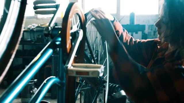Kvinnliga cykel mekaniker