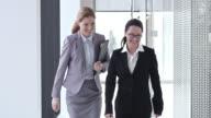 SLO, MO, weibliche Geschäftspartner Händeschütteln im Flur