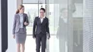 SLO MO vrouwelijke collega's praten en lopen in de hal