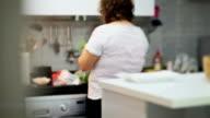 Weibliche Chef Kochen
