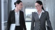 SLO, MO, DS weiblichen Kollegen reden, während walking-Korridor