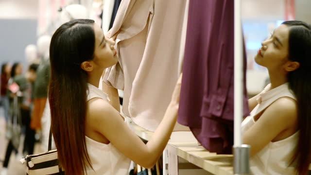Kvinnlig kund Shopping i klädaffär