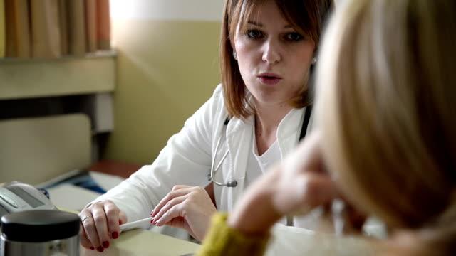 Vrouwelijke arts chatten met patiënt