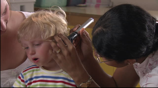 CU, TD, TU, Female doctor examining boy's (18-23 months) ear