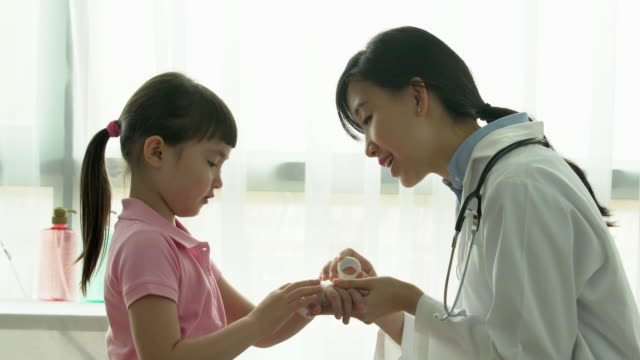 MS female doctor examining young child.