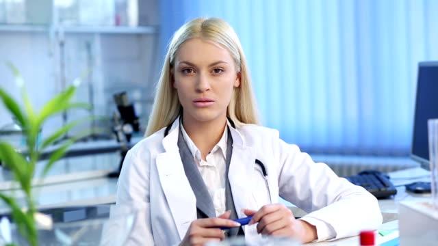 Ärztin, die in die Kamera