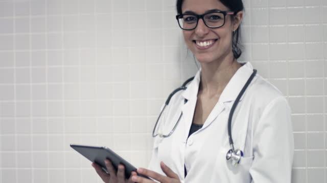 Ärztin mit einem digitalen tablet
