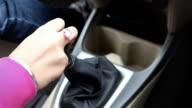 Weibliche Fahrer wechselnde Getriebe