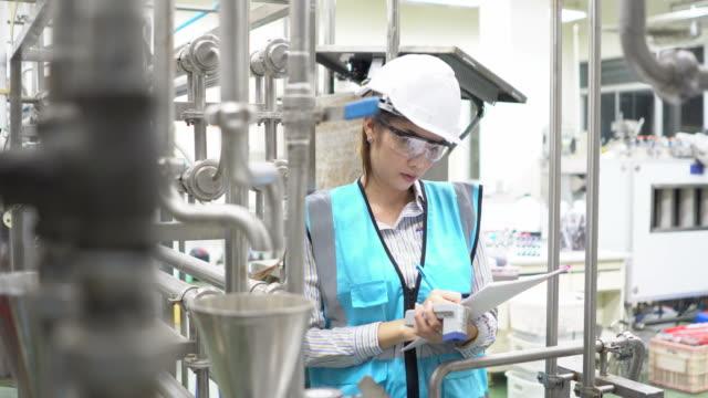 vrouwelijke ingenieur met helm op het werk