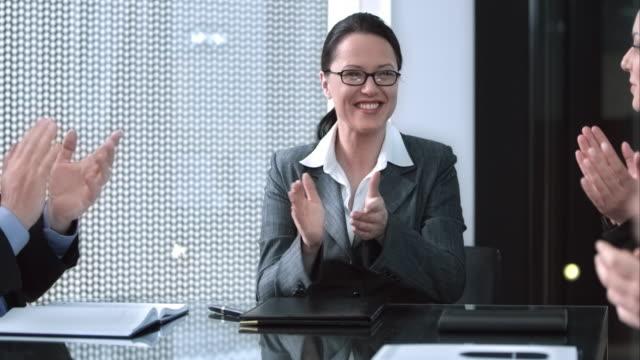 SLO MO femmina direttore esecutivo applauding nelle sale meeting