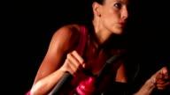 Weibliche Training auf einem Fahrrad