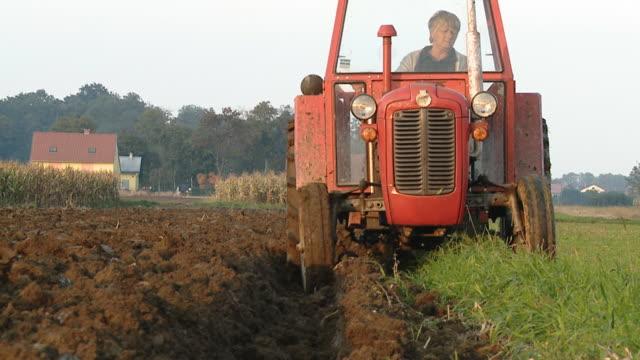 HD DOLLY: Weibliche Farmer gepflügt der Erde