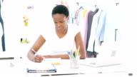 HD:  Weibliche Mode-Designer arbeiten am Laptop.