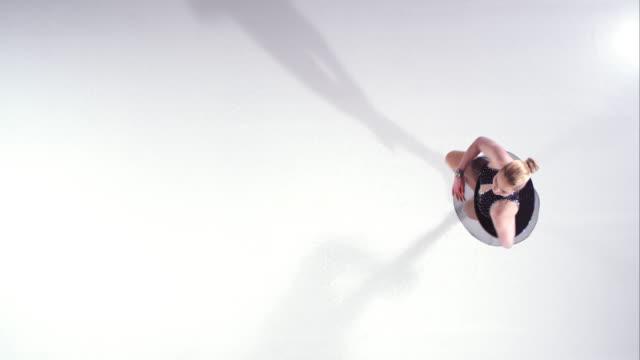 SLO, MO, CS weibliche Eiskunstläuferin in eine stehende Note