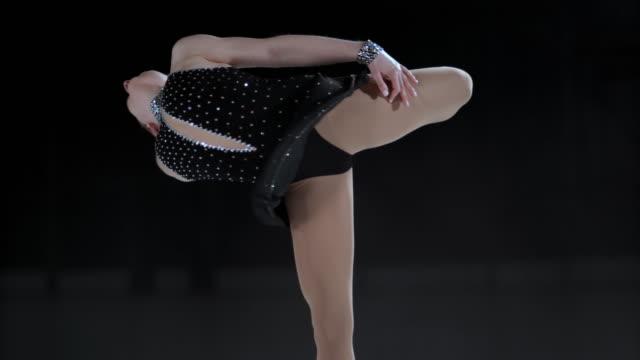 SLO MO weibliche Eiskunstläuferin performing elegante catchfoot layback Note