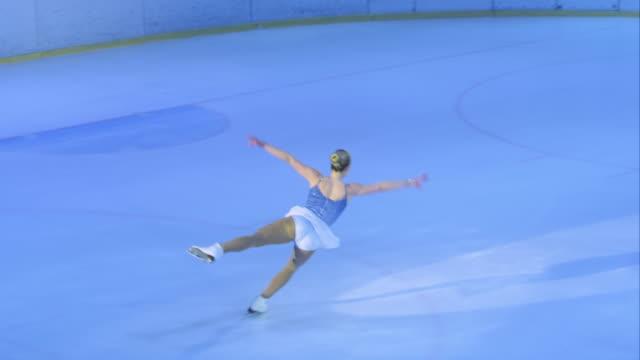 TS weibliche Eiskunstläuferin ihren Klassenkameraden Programm