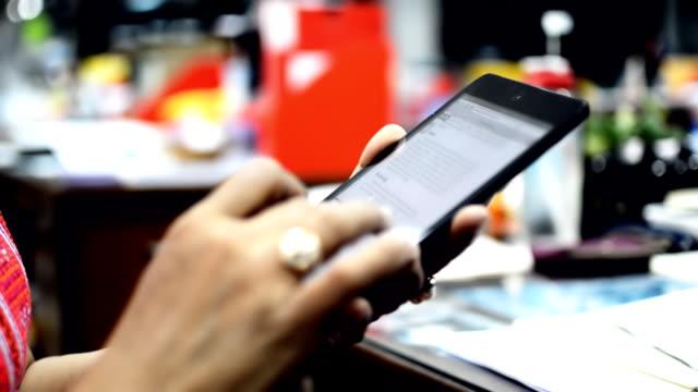Weibliche hand. Touchscreen-Gesten auf tablet-computer.