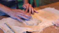 Vrouwelijke handen maken een klei-engel
