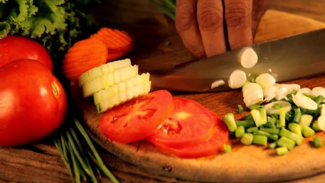 Weibliche Hände Schneiden Zwiebeln, auf Küche Hintergrund
