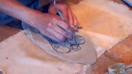 Vrouwelijke handen puttend uit klei engel
