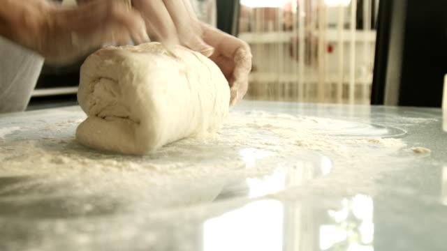 vrouwelijke handen gistdeeg maken
