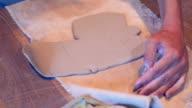 Vrouwelijke handen werken met klei engel