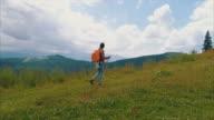 Vrouwelijke wandelen op de berg