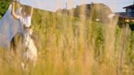 SLO-MO weibliche Pferd Fahrer Schal in den Wind halten