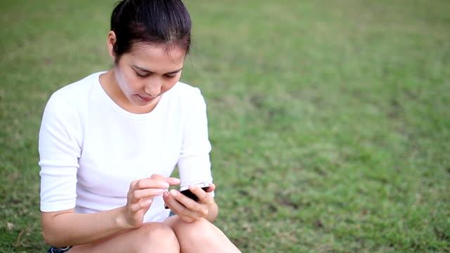 Femmina irritazione agli occhi, mentre usa uno smartphone.