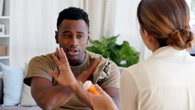 Vrouwelijke geestelijke gezondheid beroep probeert te overtuigen van de militaire veteraan medicatie