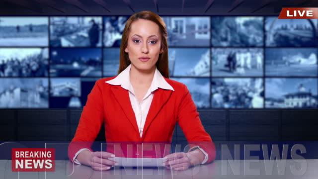 4K weibliche Newsreader mit roten Anzug im Fernsehstudio