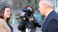 Weibliche newsreporter vor Ort interview executive-Massage für Herren
