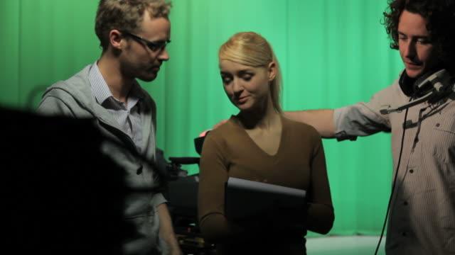 1 Produzent und Kamera-crew diskutieren
