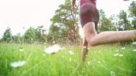 SLO MO weibliche Läufer laufen durch hohe Gras