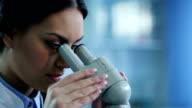 Weibliche Wissenschaftler mit Microscopes