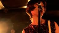 Donna cantando sul palco.