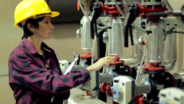 Vrouwelijke stationaire ingenieur op het werk
