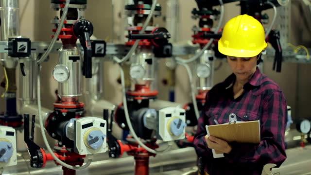 Kvinnliga stationära ingenjör på jobbet