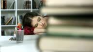 DOLLY HD: Femmina studente dormire al tavolo